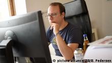 Der Journalist und Autor Markus Beckedahl arbeitet am 04.08.2015 in der Redaktion des Blogs Netzpolitik.org in Berlin. Gegen den Internetaktivisten wird wegen des Verdachts des Landesverrats ermittelt. Foto: Britta Pedersen