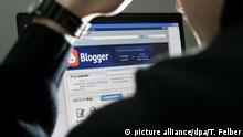 ARCHIV - Ein Mann bloggt im Internet (gestelltes Foto vom 27.01.2007, Illustration zum Thema Bloggen). Viele Blogger werden verfolgt, eingeschüchtert oder eingesperrt, weil sie im Internet Dinge veröffentlichen, die die Staatsmacht als Bedrohung versteht. Amnesty International zählte im vergangenen Jahr 77 Länder, in denen die Meinungs- und Pressefreiheit beschnitten wurde. Foto: Tobias Felber (zu dpa-Korr. Wie Staaten die Blogosphäre kontrollieren wollen vom 01.05.2009) +++(c) dpa - Bildfunk+++
