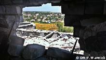 The pro-Russian separatists' withdrawal from the area was presented as an act of goodwill in order to further implement the Minsk II agreement. However according to the Ukrainian volunteer battalions it was the 800 casualties suffered by separatist forces over the past few months that resulted in their withdrawal. Shyrokyne - ein verlassenes Dorf in der Ost-Ukraine Copyright: Filip Warwick, DW Mitarbeiter, Ukraine, July 2015 DW Eastern Ukraine - No man's land - Shyrokyne village