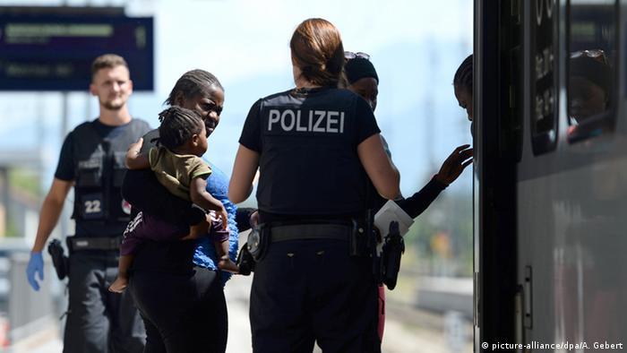 Deutschland Flüchtlinge aufgegriffen am Bahnhof Rosenheim