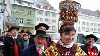 Chapéu feminino bordado com contas faz parte do traje típico