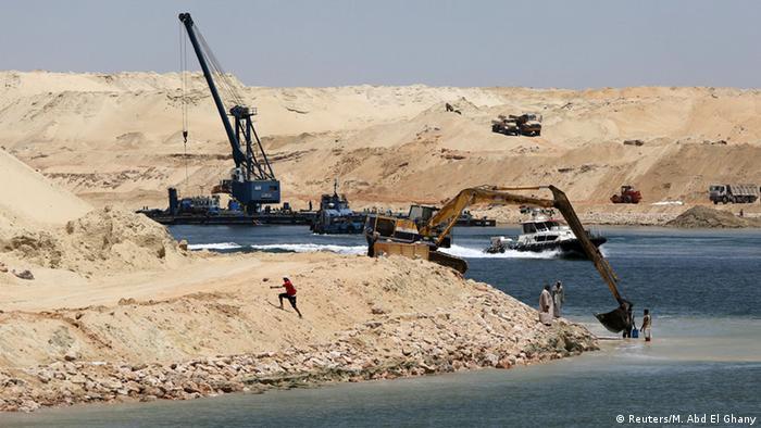 عبدالفتاح سیسی، رئیسجمهوری مصر، کلنگ ساخت دومین کانال سوئز را ماه اوت سال ۲۰۱۴ زد. قرار است علاوه بر ساخت کانال دوم، کرانههای آبراه به مرکز لجستیک کشتیرانی تبدیل شود. با راه افتادن کانال دوم بخشهایی از مسیر دوطرفه میشود. در نتیجه زمان انتظار و عبور کمتر خواهد شد. مقامهای مصری گفتهاند کانال دوم ظرفیت را دو برابر میکند و در کمتر از ده سال درآمد کشور را تقریباً سه برابر افزایش میدهد.