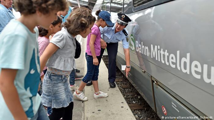 Flüchtlingskinder lernen auf dem Hauptbahnhof in Halle Wissenswertes zum Bus- und Bahnfahren Foto: picture-alliance/dpa/H. Schmidt