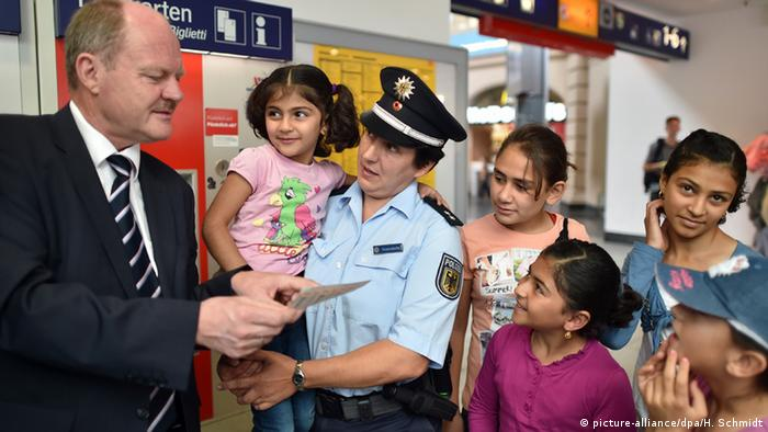 Saxony-Anhalt's Transport Minister Thomas Webel surrounded by a Group of children at a ticket machine. (Foto: dpa)