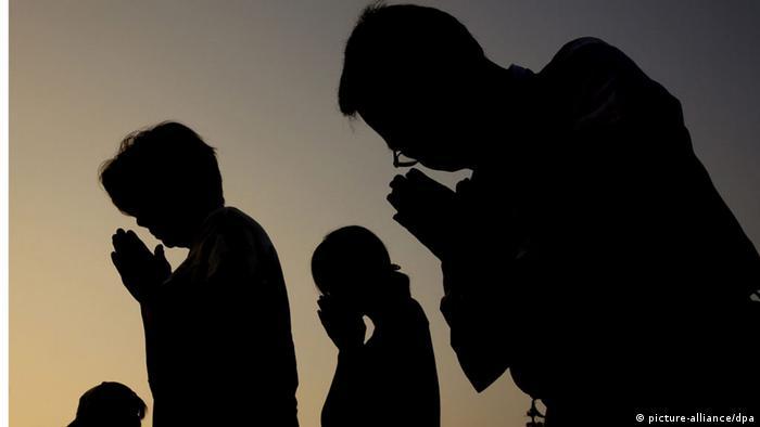 Teilnehmer der Genkzeremonie anlässlich des 70. Jahrestages des Atombombenabwurfs von Hiroshima beten für die Opfer (Foto: dpa)