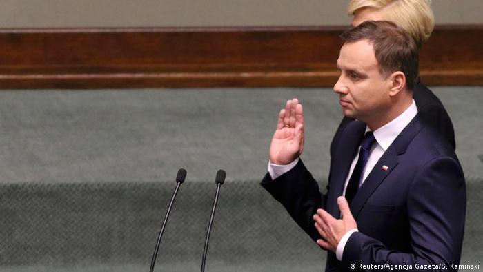 У нас велика історія. Активна історична політика потрібна нам нині – як всередині країни, так і назовні, - заявив новий польський президент Анджей Дуда в інавгураційній промові.