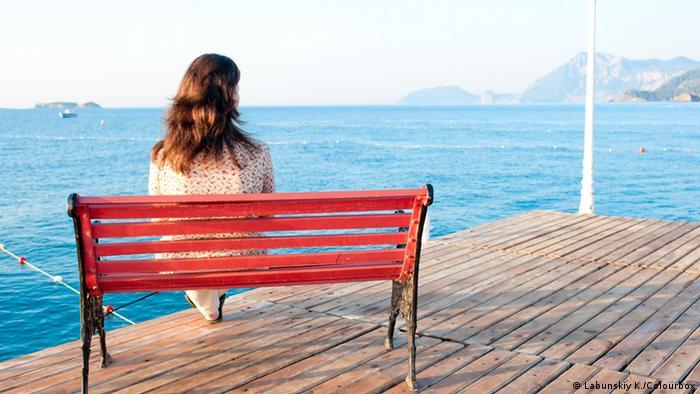 Девушка на скамейке у моря