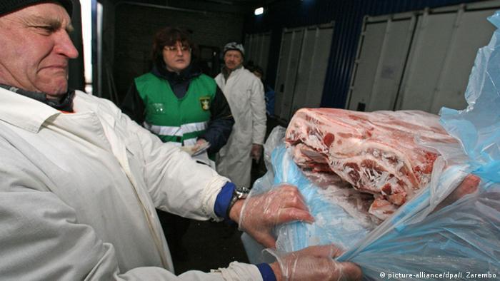 Российский инспектор проверяет импортное мясо