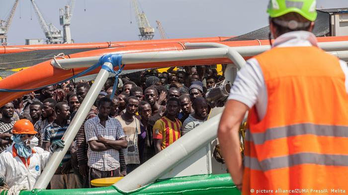 Лодка с африканскими беженцами прибывает в Палермо
