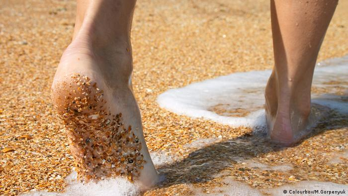 d34b9323b كيف تتجنب وجع القدمين الناشئ عن المشي وضغط الوزن؟ | عالم المنوعات ...