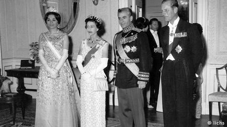 دیدار ملکه الیزابت دوم و همسرش پرنس فیلیپ در کنار شاه و ملکه ایران در سال ۱۹۶۱