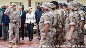 Министр обороны ФРГ Урсула фон дер Ляйен у немецких военослужащих в Мали