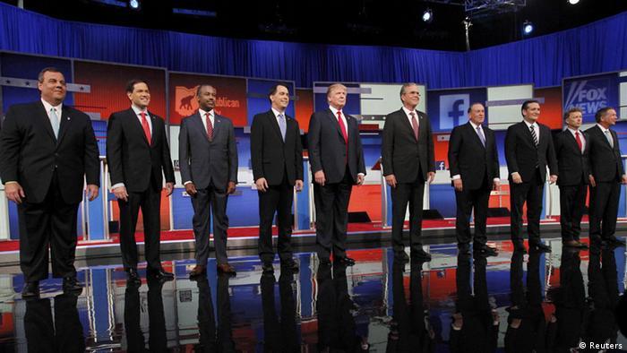 Zehn der republikanischen 17 Kandidaten vor ihrem Fernsehduell, in der Mitte Donald Trump und Jeb Bush (Foto: Reuters)