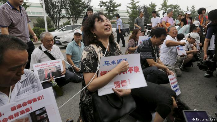 Familiares de los pasajeros chinos del MH370: Queremos que nos informen sobre los resultados de la investigación un funcionario del gobierno, no un empleado de la compañía.