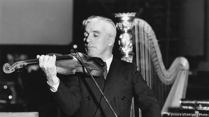 Charlie Chaplin tocando el violín