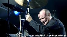 ARCHIV - Der britische Sänger und Schlagzeuger Phil Collins spielt Schlagzeug bei einem Konzert in der Abdi Ipekci Halle in Istanbul (Archivfoto vom 03.11.2005). Wegen gesundheitlicher Probleme zieht sich Collins endgültig aus dem Musikgeschäft zurück. Das bestätigte nach Angaben des «Time Magazine» Collins in einem Interview in der Märzausgabe des Männermagazins «FHM». Jahrelanges Spielen und Sitzen vor seinem Schlagzeug sowie die ständige Kritik seiner Musikerkollegen hatten ihm das Leben in den letzten Jahren nicht gerade leicht gemacht. Foto: EPA/TOLGA BOZOGLU +++(c) dpa - Bildfunk+++