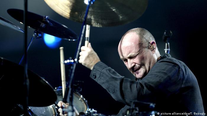 Phil Collins tocando la batería