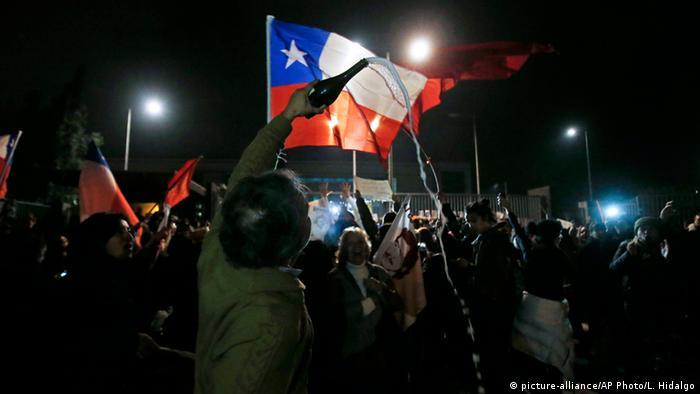 Manuel Contreras gestorben Menschen feiern vor dem Krankenhaus