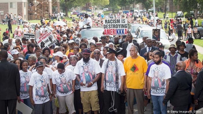 Em agosto de 2016, passeata em Ferguson marca o primeiro aniversário da morte do jovem Michael Brown