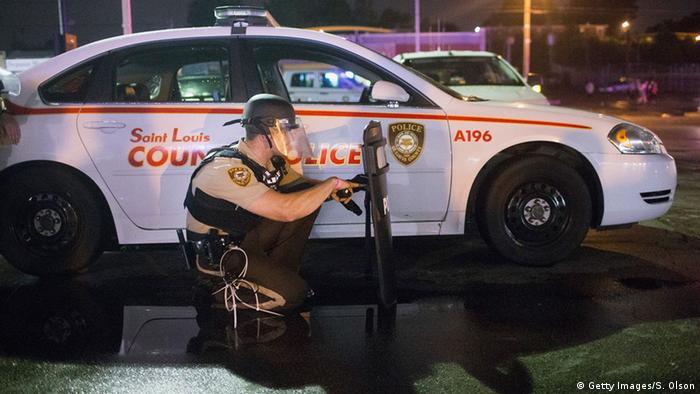 Polizist am Einsatzfahrzeug in den USA ,Ferguson Foto: Scott Olson/Getty Images)