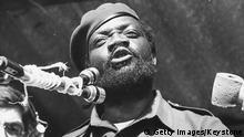 Bildunterschrift:Jose Savimbi, leader of the UNITA movement, speaking at the Independence Day rally at the Nova Lisboa football stadium, Portugal, November 13th 1975. (Photo by Keystone/Hulton Archive/Getty Images)