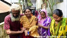 August 8, 2015 Bildunterschrift:Asha Moni (2nd L), the wife of murdered Bangladeshi blogger Niloy Chakrabarti, who used the pen-name Niloy Neel, weeps outside her home in Dhaka on August 8, 2015. Dhaka vowed August 8 to hunt down the killers of secular blogger Niloy Chakrabarti who became the fourth such writer to be murdered in Bangladesh by suspected Islamist militants this year. AFP PHOTO/ Munir uz ZAMAN (Photo credit should read MUNIR UZ ZAMAN/AFP/Getty Images)