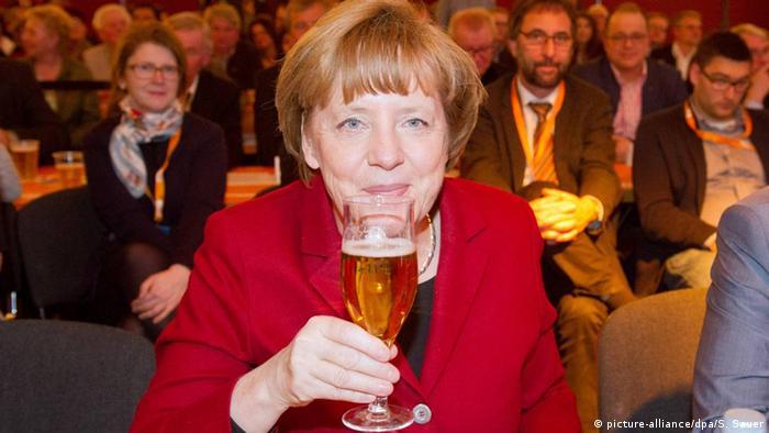 Deutschland Angela Merkel trikt ein Bier (Symbolbild)