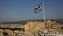 ARCHIV: A Greek flag flutters in the wind as tourists visit the archaeological site of the Acropolis hill in Athens, Greece July 26, 2015. Talks between Greece and its international creditors over a new bailout package will be delayed by a couple of days because of organisational issues, a finance ministry official said on Saturday. REUTERS/Ronen Zvulun