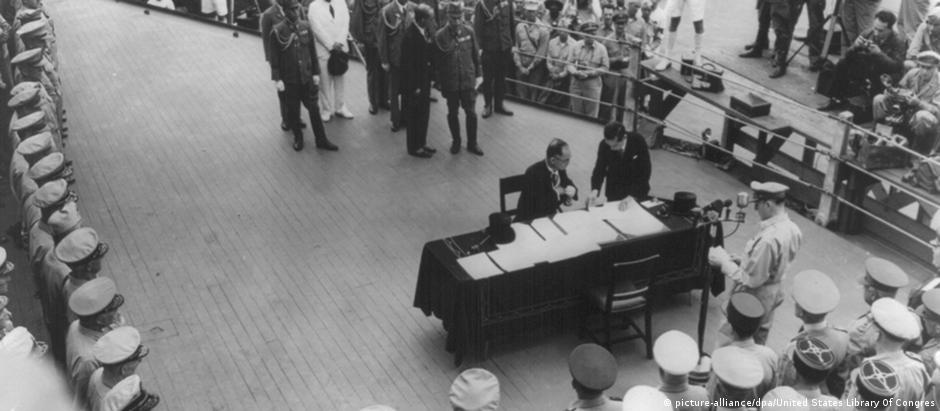 Capitulação japonesa é assinada no navio americana USS Missouri, em 2 de setembro de 1945