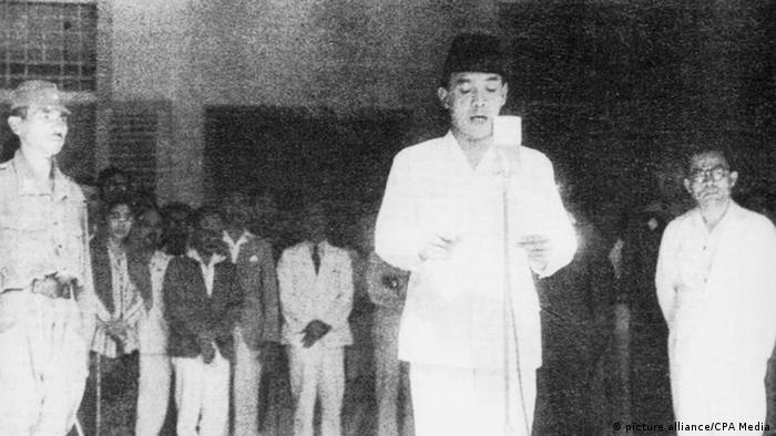 Indonesien Präsident Sukarno erklärt die Unabhängigkeit 17. August 1945 (picture alliance/CPA Media)