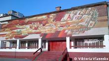 Stellen Sie bitte die Bilder, die unsere Korrespondentin in Kiew Viktoria Vlasenko gestern gemacht hat ein. Auf den Bildern sind Mosaiken auf Fassaden von zwei Schulen in Kiew zu sehen. Auf diesen Mosaiken wurden sowjetische Symbole mit Farbe übermalt, nachdem ein Gesetz über Dekommunisierung in Kraft getreten ist.