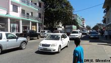Titel: Autos in einer Straße in Pemba, Mosambik Schlagworte: Autos, Verkehr, Straßenverkehrssicherheit, Pemba, Mosambik Wer hat das Bild gemacht?: Eleutério Silvestre Wann wurde das Bild gemacht?: k.A. Wo wurde das Bild aufgenommen?: Pemba (Mosambik) Bildbeschreibung: Bei welcher Gelegenheit / in welcher Situation wurde das Bild aufgenommen? Wer oder was ist auf dem Bild zu sehen? Autos in einer Straße in Pemba, Mosambik