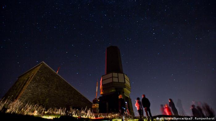 Deutschland Sternschnuppengucker unter dem Fernmeldeturm auf dem Großen Feldberg