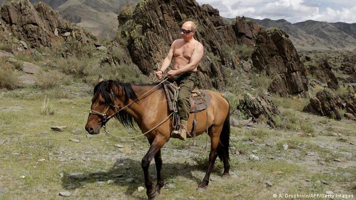 O presidente da Rússia, Vladimir Putin, sem camisa e a cavalo.
