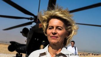 Afghanistan Ursula von der Leyen vor einem Hubschrauber