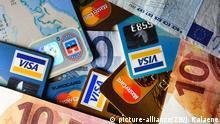 Geldscheine und verschiedene Kreditkarten liegen am 13.12.2014 in Berlin zusammen. Foto: Jens Kalaene