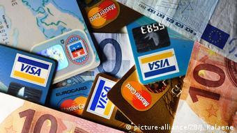 Кредитные и дебитовые карты вместе с банкнотами