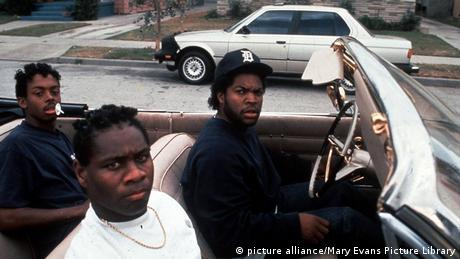 USA Hip-Hop-Filme (Bildergalerie) Boyz n the Hood - Szene mit drei jungen farbigen Darstellern in einem Auto, in die Kamera schauend (picture alliance/Mary Evans Picture Library)