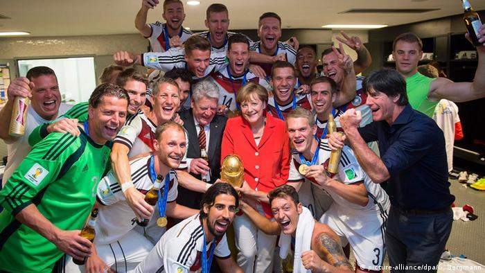 Brasilien WM 2014 Finale Merkel und Gauck feiern mit der Nationalmannschaft