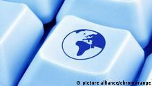 Computertaste mit Afrika picture alliance/chromorange