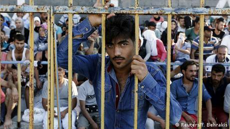 Flüchtling hinter Gitter (Foto: REUTERS/ Yannis Behrakis)