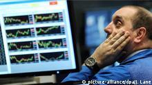 14.05.2010 ARCHIV - Ein Börsenhändler blickt auf dem Parkett der New York Stock Exchange nach dem Ertönen der Schlussglocke nachdenklich auf die Kurscharts seiner Monitore (Foto vom 14.05.2010). Die britische Polizei hat einen Börsenhändler festgenommen, der im Mai 2010 einen beispiellosen Absturz des US-Leitindex Dow Jones mitverursacht haben soll. Der Mann aus dem Londoner Stadtteil Hounslow soll dazu ein automatisiertes Handelsprogramm auf betrügerische Art zur Marktmanipulation genutzt haben. Photo: EPA/JUSTIN LANE (zu dpa Korr-Bericht Finanzmärkte auf Autopilot: Wenn Roboter mit Billionen jonglieren vom 13.06.2015) +++(c) dpa - Bildfunk+++