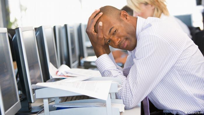 Foto simbólica de un hombre estresado frente a una computadora