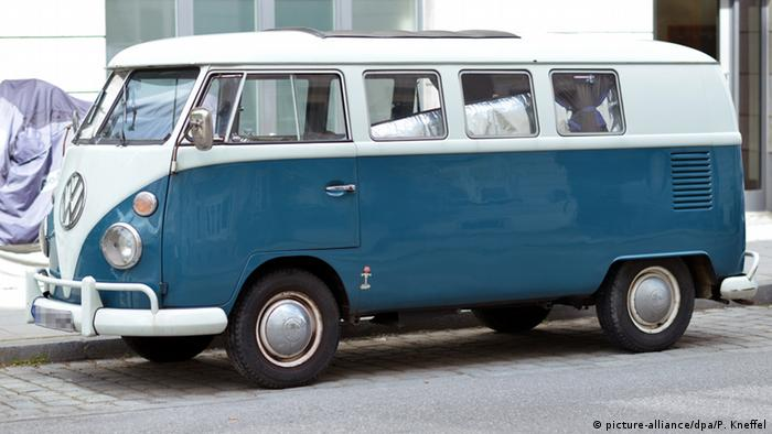 VW Bus - T1 model (picture-alliance/dpa/P. Kneffel)