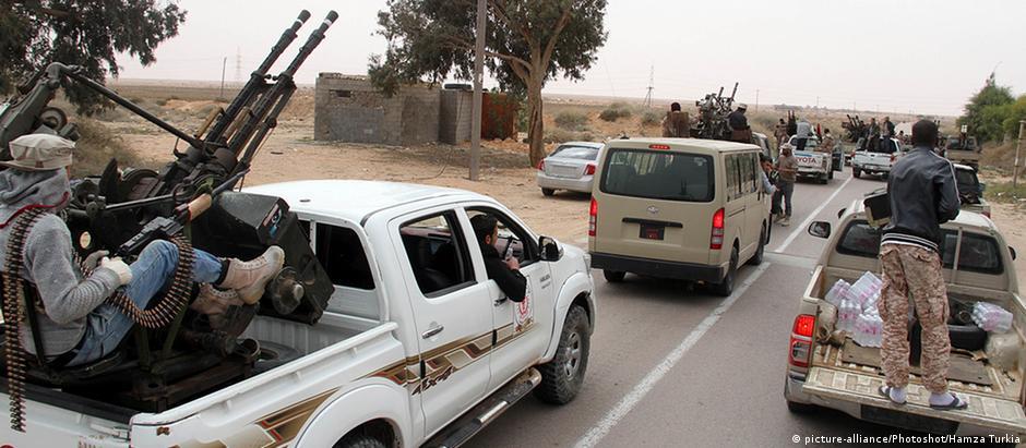 """Soldados líbios lutam contra o """"Estado Islâmico"""" nas proximidades de Sirte"""