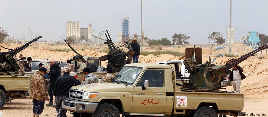 Combatentes de uma milícia na Líbia