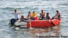 ARCHIV 2006 **** Bildunterschrift:Seven would-be Cuban emigres remain in a homemade boat moments before being arrested by Cuban military agents after their attempt to escape from the island nation was thwarted by the sea currents, on June 4, 2009 in Havana. The boat-people's raft was brought back to the coast just in front of the US Interest Section office in Havana as they tried to cross the shark-infested Florida Straits. The United States, in another move aimed at thawing relations with Cuba, has offered to resume migration talks with the communist-ruled island almost six years after they were suspended. AFP PHOTO/ADALBERTO ROQUE (Photo credit should read ADALBERTO ROQUE/AFP/Getty Images) Bildergalerie USA Kuba Geschichte
