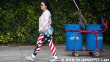 03.02.2015 **** Bildunterschrift:A woman wearing a US flag leggings walks in a street of Havana, on February 3, 2015. AFP PHOTO/YAMIL LAGE (Photo credit should read YAMIL LAGE/AFP/Getty Images) Bildergalerie USA Kuba Geschichte