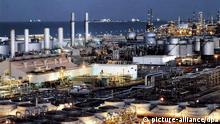 ARCHIV - Eine Ölraffinerie in Dhahran am Persischen Golf (undatiertes Archivfoto). Das weltweit wichtigste Ölförderland Saudi-Arabien will mit einer Ausweitung seiner Fördermenge den Höhenflug der Ölpreise stoppen und einen Preisrückgang einleiten. Hierfür sollen künftig die Ölexporte in die USA ausgebaut und zuletzt stillgelegte Ölfelder reaktiviert werden, berichtet die «Financial Times» (Dienstag) und bezieht sich auf eine Mitteilung der saudischen Regierung vom Vortag. EPA/HO EDITORIAL USE ONLY (zu dpa: Saudi-Arabien will Höhenflug der Ölpreise stoppen) +++(c) dpa - Bildfunk+++