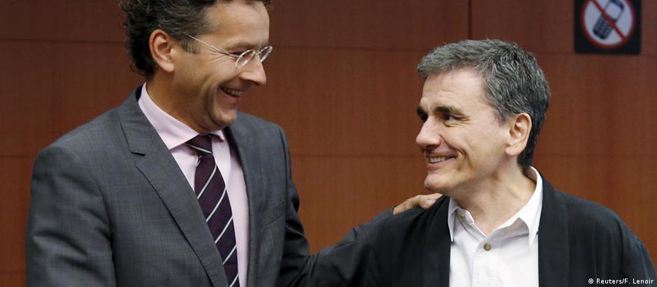 Jeroen Dijsselbloem, chefe do Eurogrupo (esq.), e Euclid Tsakalotos, ministro das Finanças grego